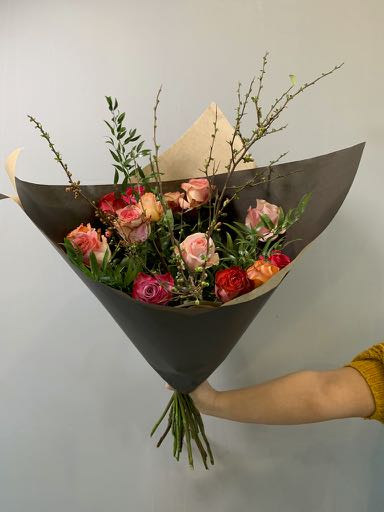 Een ingepakt boeket met rozen. A beautiful packaged bouquet with roses.