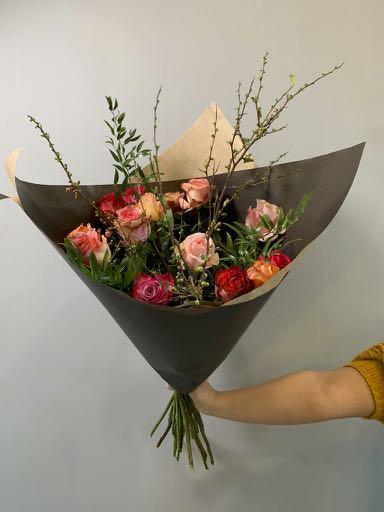 Een ingepakt boeket met rozen. A beautiful packaged bouquet with roses.