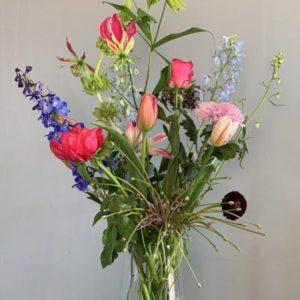 Een roze pluk-boeket met roze bloemen laten bezorgen in Amsterdam is heel gemakkelijk. Bestel hier ons prachtige roze boeket, vol seizoensbloemen met roze bloemen en zonder opvul groen.