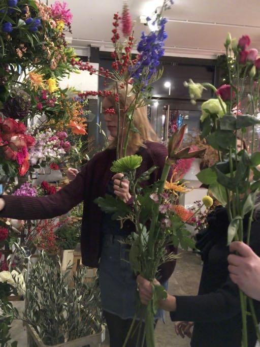 Een foto van een deelnemer aan een bloemenworkshop