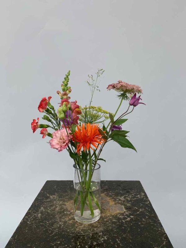 Een tuiltje is een klein boeketje van gemengde bloemen dat in een klein vaasje is geschikt.