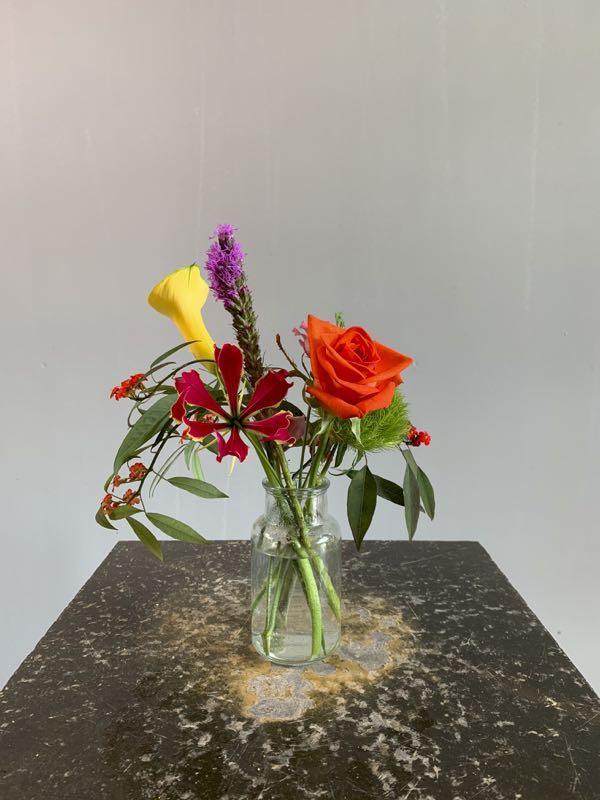 Een klein boeketje met gemengde bloemen