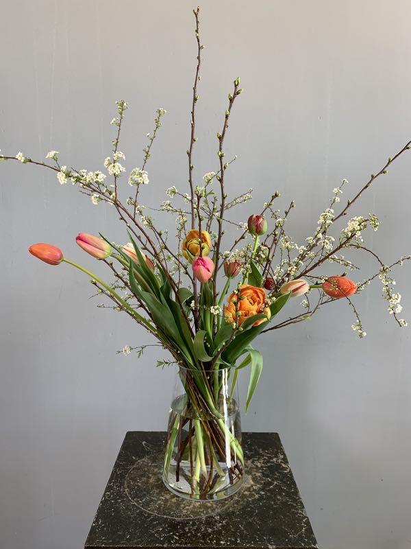 Een pluk-boeket met lente bloemen. Tulpen en bloesems