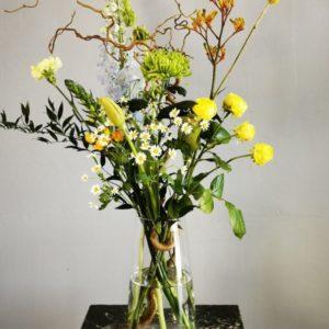 We schikken dit paasboeket met mooie voorjaarsbloemen en een paastak.