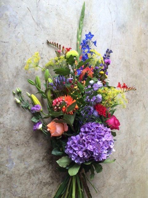 Een rouwboeket met gemende bloemen