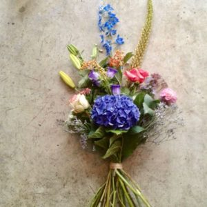 Een rouwboeket met gemengde bloemen