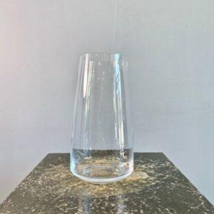 Dit is een van onze favoriete boeketvazen. Deze glazen vaas is perfect voor boeketten van €25,- tot €50,-