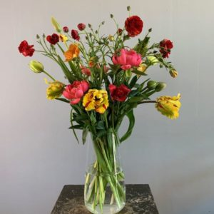 Een tulpenboeket met ranonkels. Dit zijn échte voorjaarsbloemen!