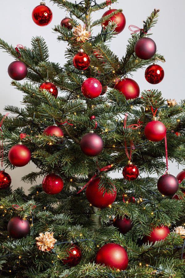 Versierde kerstboom met rode kleuren. (Maat S)