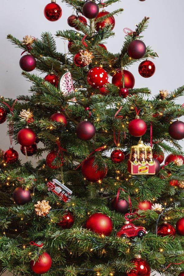 Versierde kerstboom met rode kleuren. (Maat M)