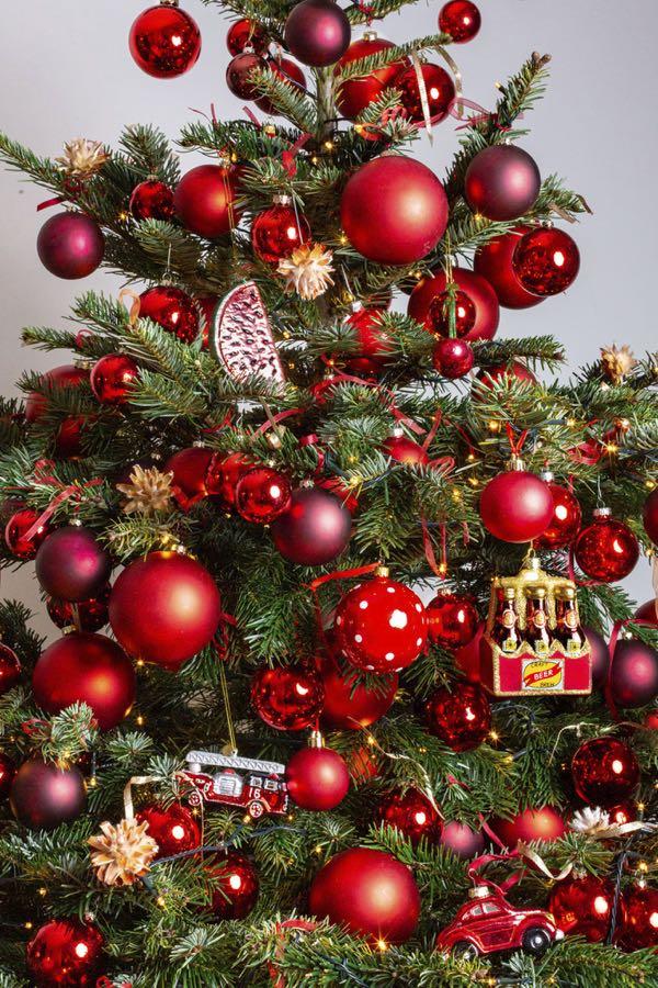 Versierde kerstboom met rode kleuren. (Maat XL)