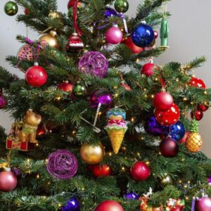 Versierde kerstboom met kleurrijke decoraties.
