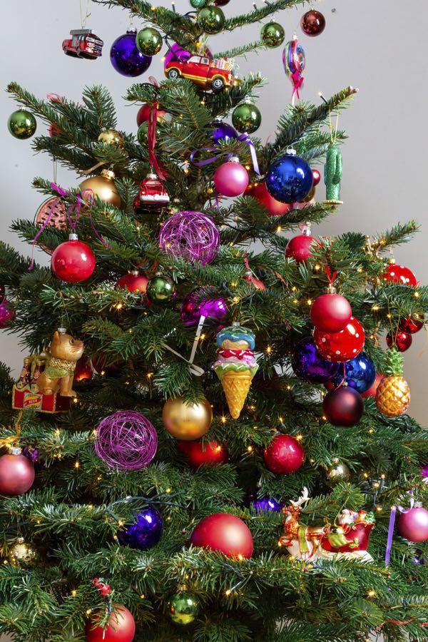Versierde kerstboom met kleurrijk. (Maat M)