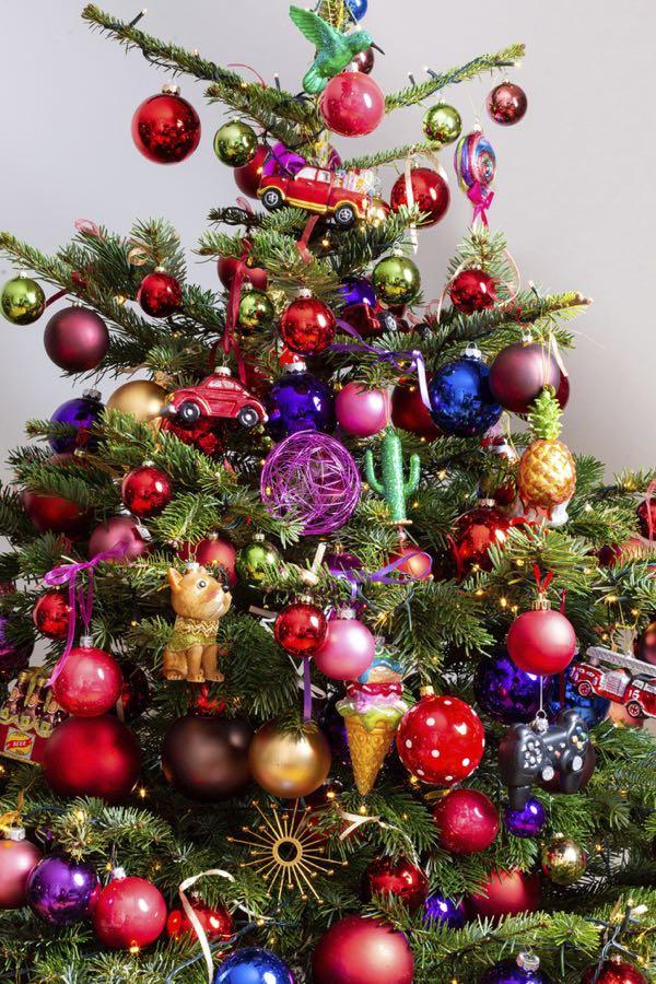 Versierde kerstboom met kleurrijk. (Maat XL)