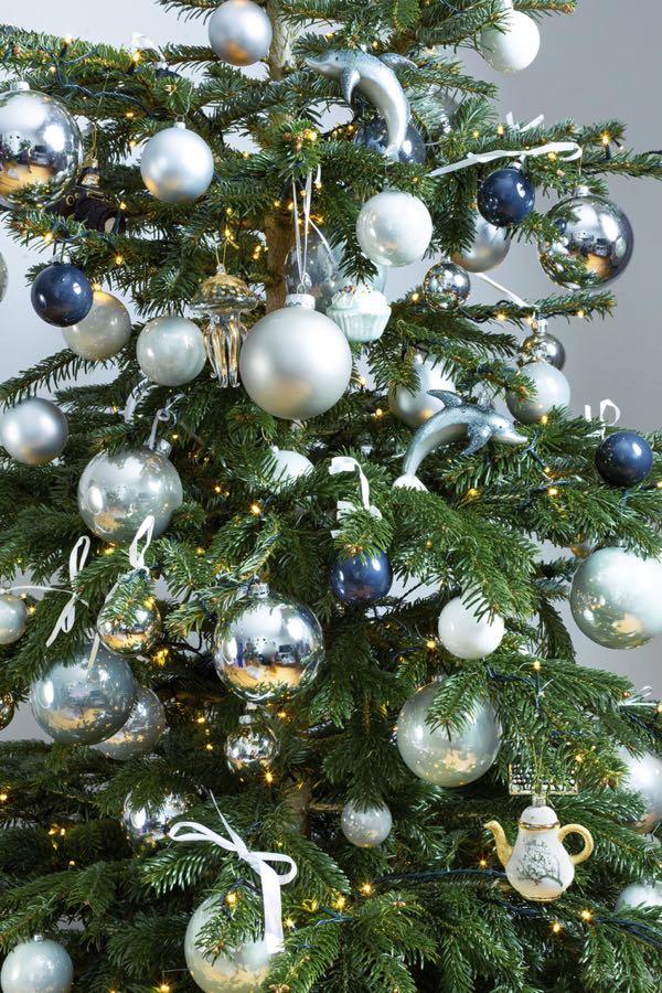 Versierde kerstboom met zilvere kleuren. (Maat M)
