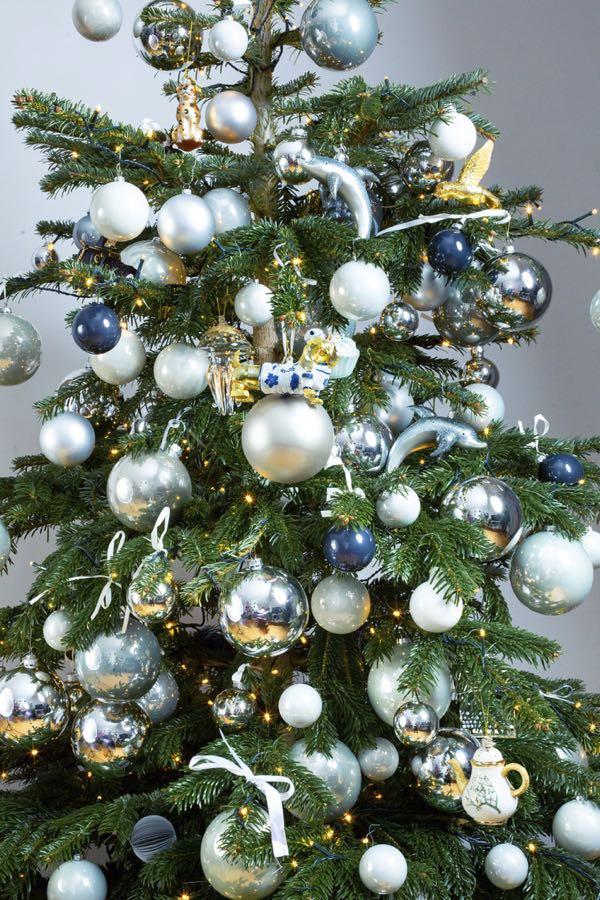 Versierde kerstboom met zilvere kleuren. (Maat L)